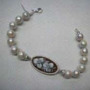 Bracciale perle con ovale cammeo