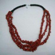 Collana con agata nera e tre fili corallo cips