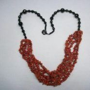 Collana con agata nera e cinque fili corallo cips