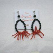 Orecchino con agata nera e frangia corallo