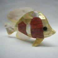 Pesce in madreperla con gorgonia rossa