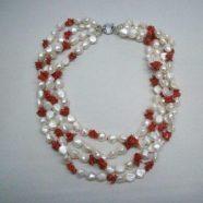 Collana con quattro fili perle di fiume e corallo